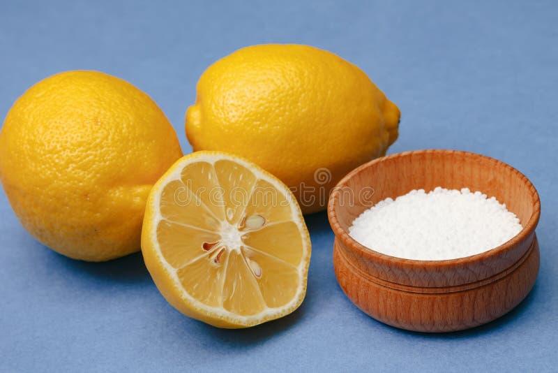 香料和调味料 在木碗的柠檬酸 免版税库存图片