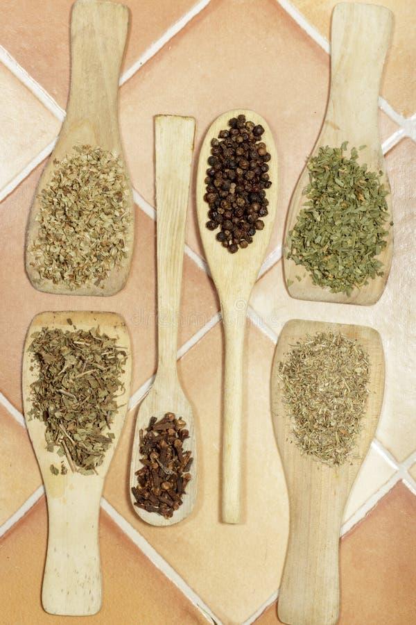 香料垂直的看法在木调色板和匙子的 库存照片