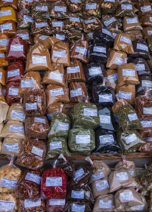 香料草本品种在显示销售的在街市上 免版税库存图片