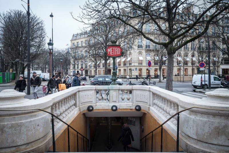 香榭丽舍大街大道的巴黎地铁站乐团与一个典型的旧时地铁标志被结合对街灯 免版税库存图片