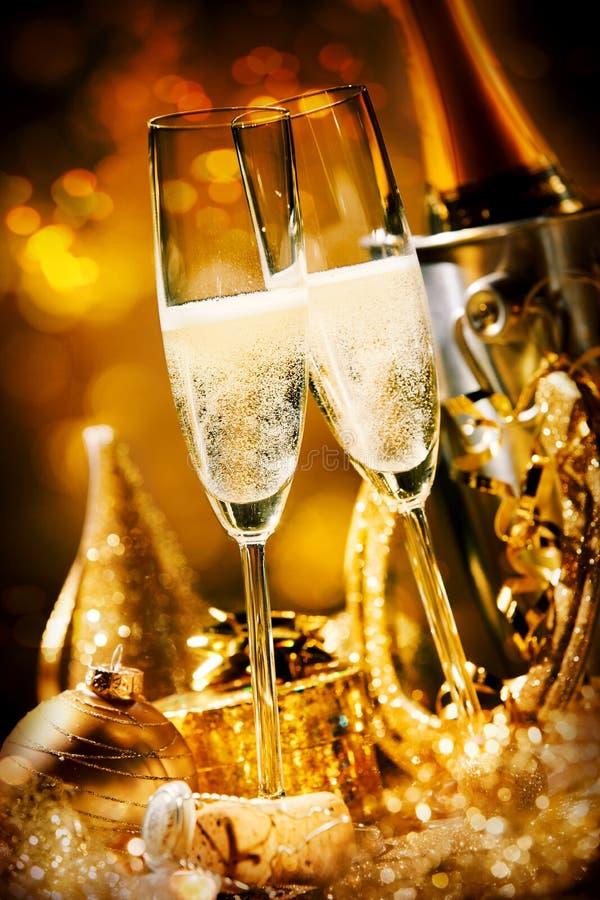 香槟两支浪漫冒泡长笛  免版税图库摄影