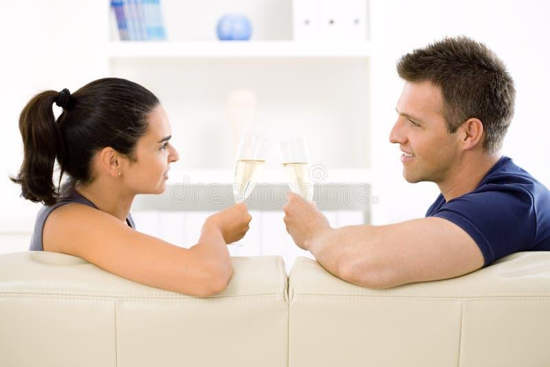 香槟使叮当响的夫妇爱 免版税库存照片