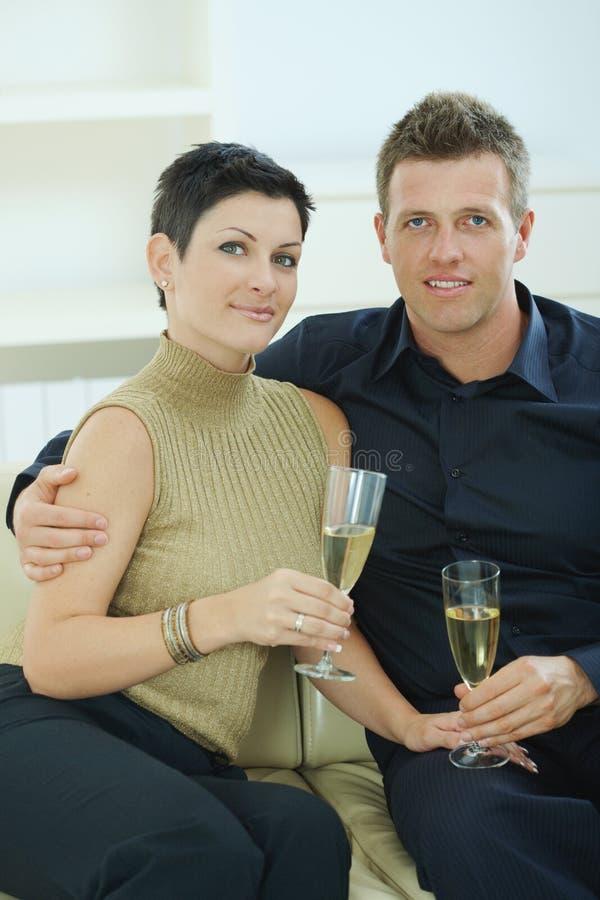 香槟使叮当响的夫妇 免版税库存照片