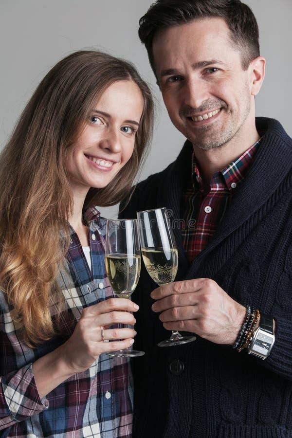 香槟使叮当响的夫妇 库存照片