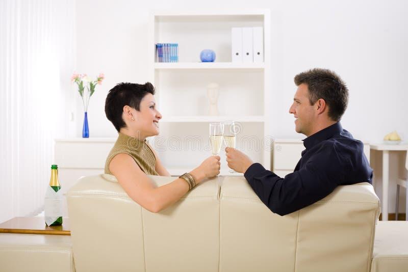 香槟使叮当响的夫妇 库存图片
