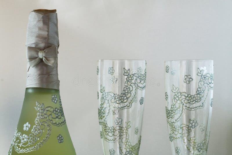 香槟和两块玻璃,非常美妙地装饰的瓶 免版税库存照片