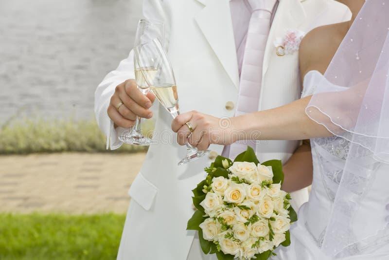 香槟夫妇玻璃与s结婚 库存照片