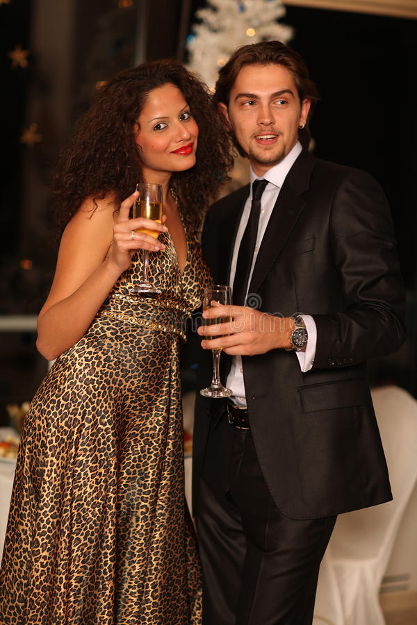 香槟夫妇玻璃愉快的年轻人 免版税库存图片