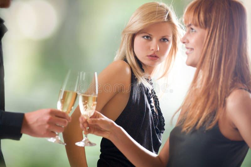 香槟新夫妇的玻璃对负查找妇女 库存图片