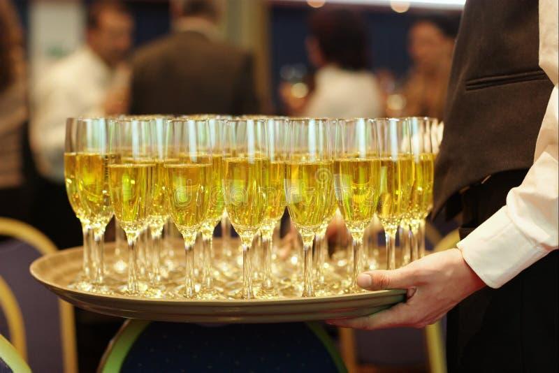 香槟服务盘等候人员 免版税库存照片