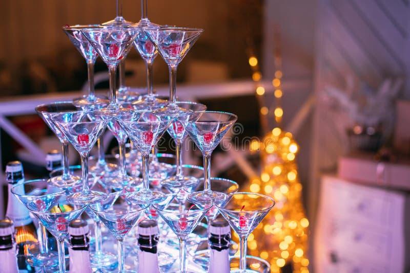 香槟构成的玻璃水平地射击了 新娘和新郎的婚姻的幻灯片香槟 五颜六色的婚姻的玻璃用香槟 承办酒席服务 Caterin 库存图片
