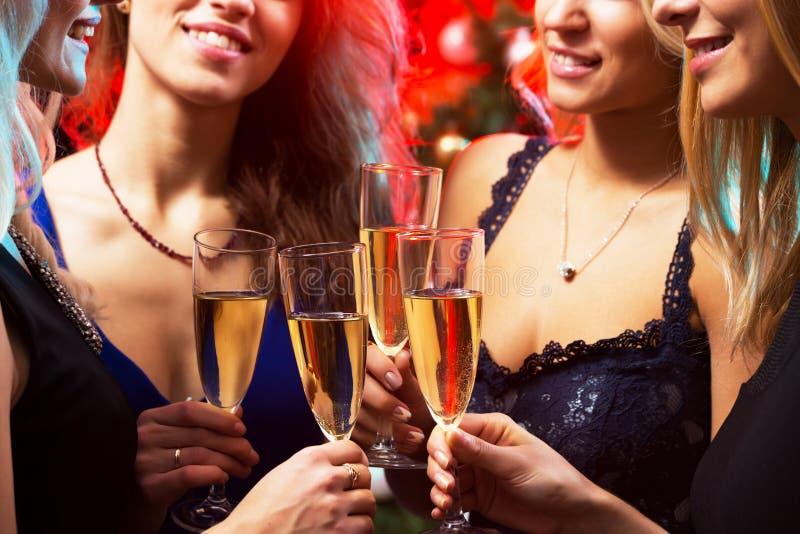 戴香槟眼镜的愉快的少妇  图库摄影