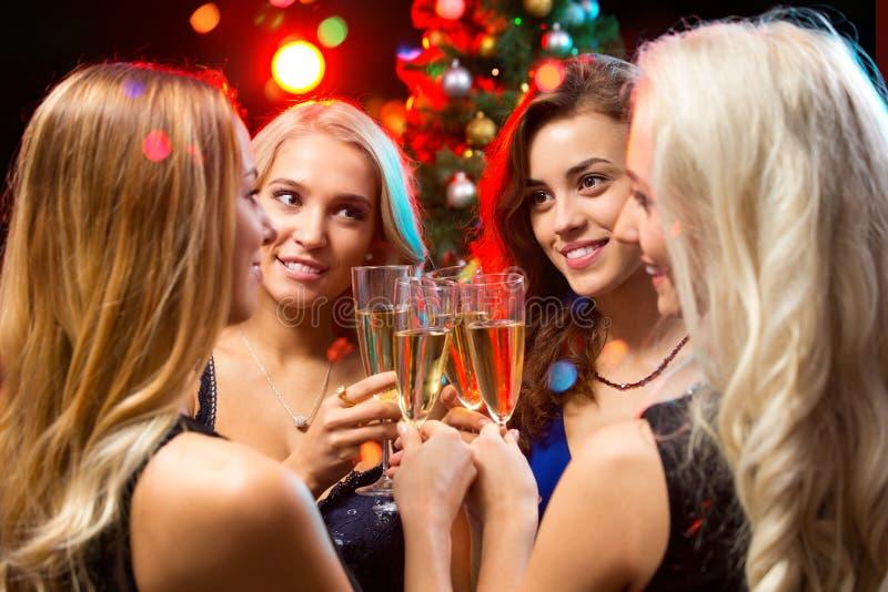Download 戴香槟眼镜的愉快的少妇 库存照片. 图片 包括有 人员, 酒精, 俱乐部, 打赌的人, 藏品, 朋友, 夜总会 - 62533442