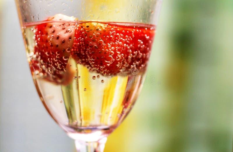 香槟草莓 免版税库存照片
