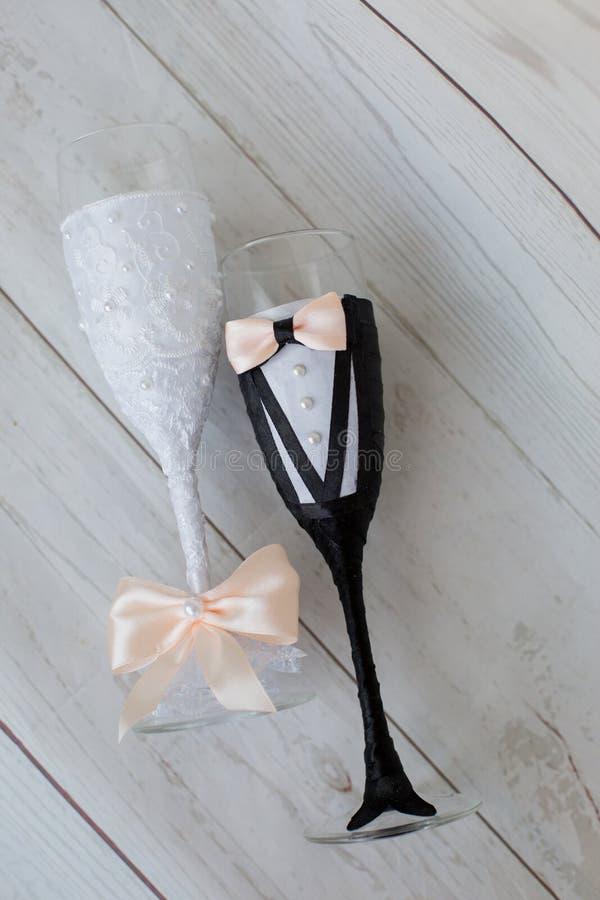 香槟装饰了婚姻装饰花的玻璃 玻璃新娘和新郎 库存图片
