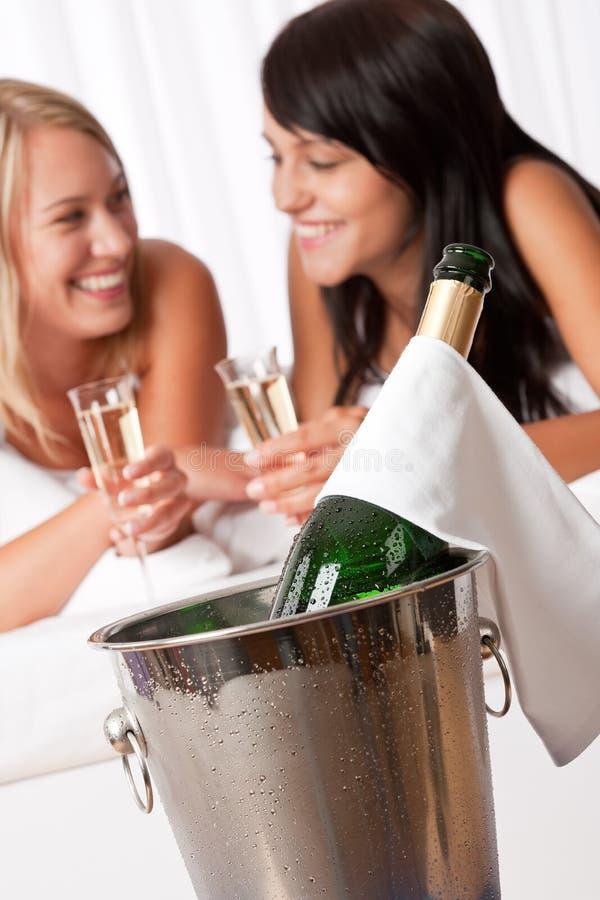 香槟饮用的旅馆豪华二妇女 库存图片