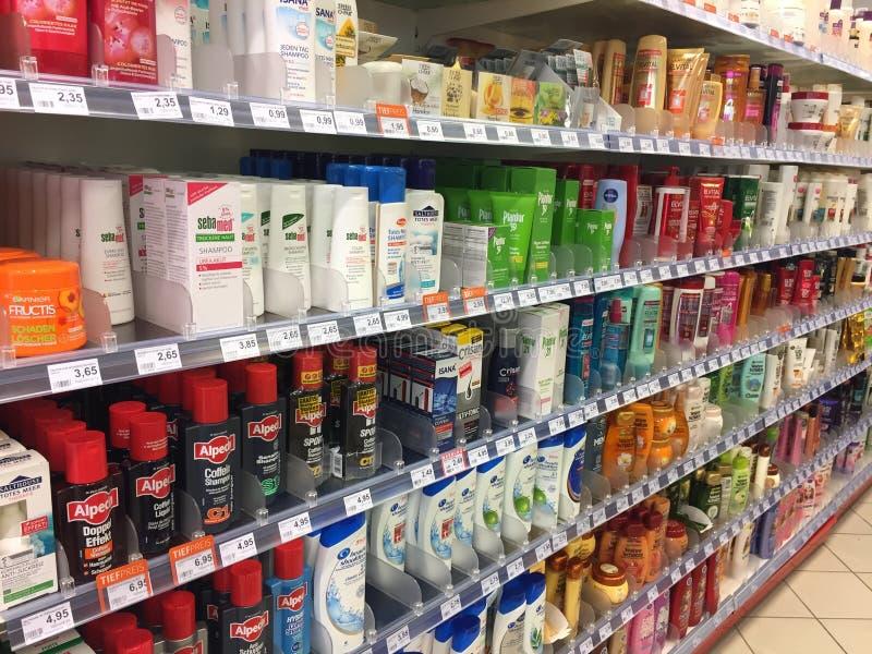 香波、调节剂和其他护发产品在超级市场架子 库存照片