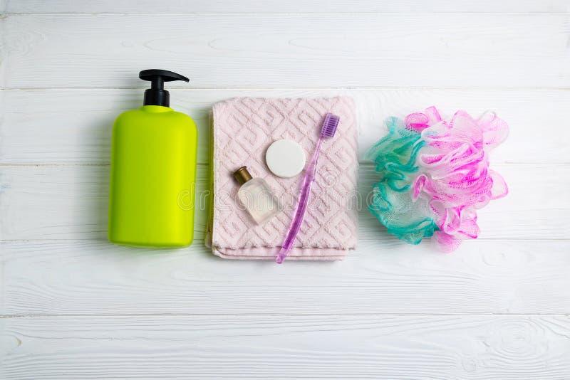 香波或阵雨胶凝体有毛巾洗碗布和浴辅助部件的绿色瓶 库存照片