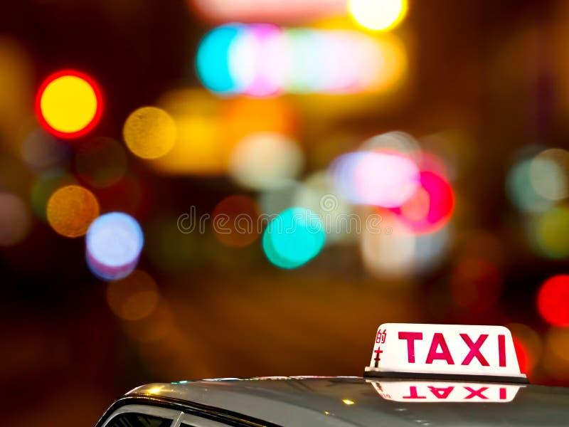 香港与轻的bokeh的出租汽车符号 库存照片