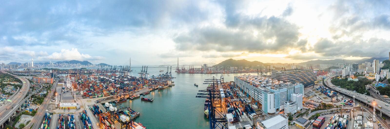 香港口岸工业区、昂船洲大桥和城市全景鸟瞰图日落地平线背景的 免版税库存照片