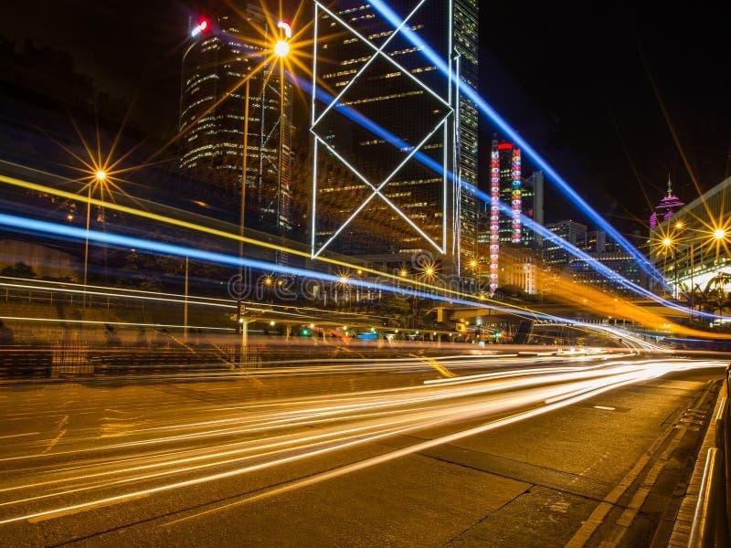 香港商业区在与轻的轨道的晚上 免版税图库摄影
