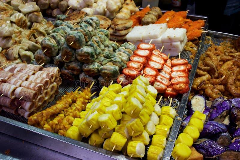 香港室外摊位:在串的街道食物 免版税库存图片