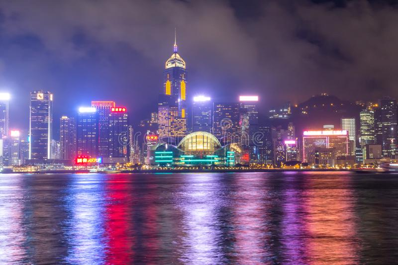 香港市维港在有雾的晚上 免版税库存照片