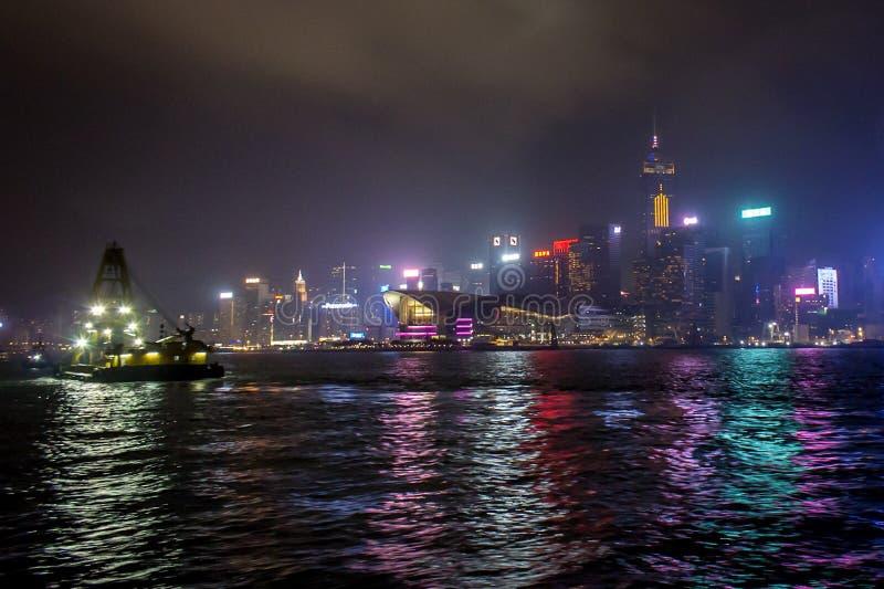 香港挖泥机在晚上 免版税库存图片