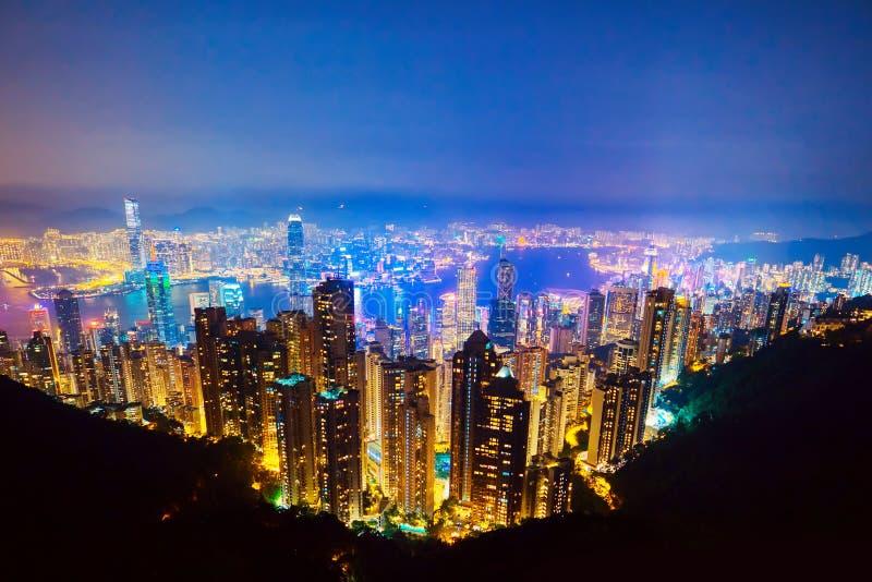 香港最著名的看法暮色日落的 香港摩天大楼地平线从太平山的都市风景视图照亮了 图库摄影