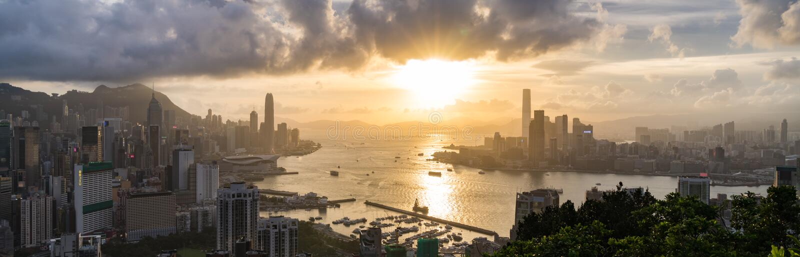 香港海岛、维多利亚港口和九龙市全景风景或都市风景日落的 r 库存照片
