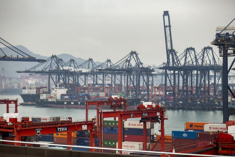 香港瓷- march15,2019:接近在货物后勤口岸,香港的集装箱船是一个重要航运港  库存图片