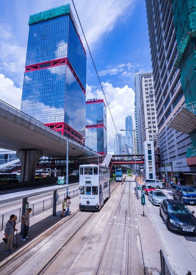 香港电车轨道,香港` s电车在两个方向运行--东部和西部乘客倾斜作为香港电车 库存图片