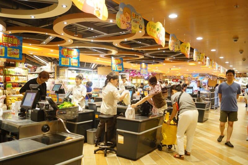 香港,中国:超级市场出纳员结算离开 库存照片