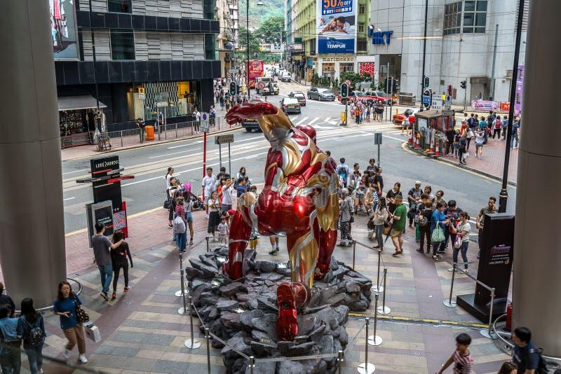 香港,中国-在一个购物中心前面的大铁人雕象 库存照片