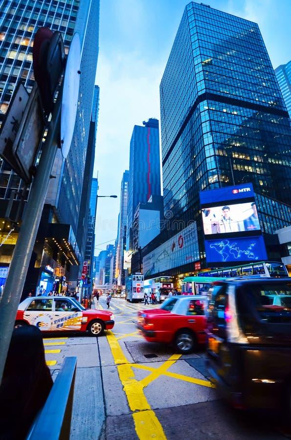 香港,中国- 2014年4月29日:有摩天大楼的活泼的路,香港的中心 高交通在晚上 库存图片