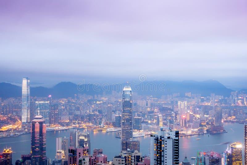 香港,夜城市和海峡的看法从维多利亚峰顶,一种美好的惊人的都市风景 免版税图库摄影