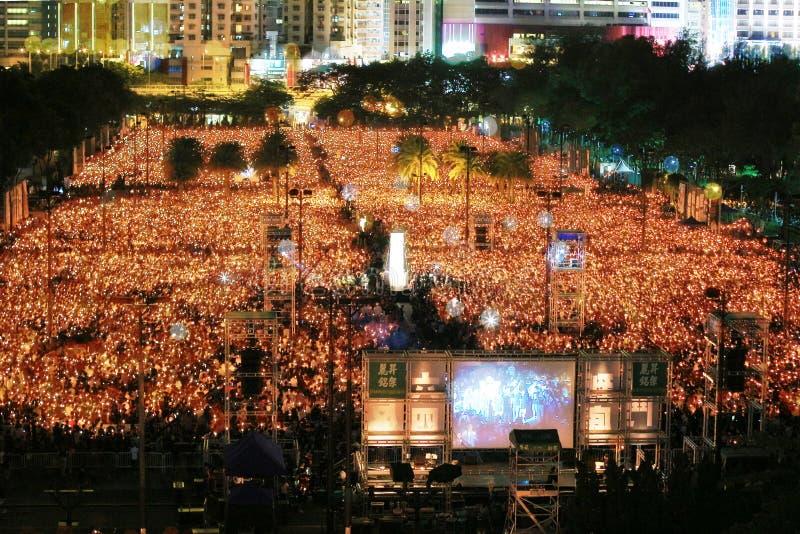 香港, 6月4日:人们加入天安门的S纪念品 免版税库存照片