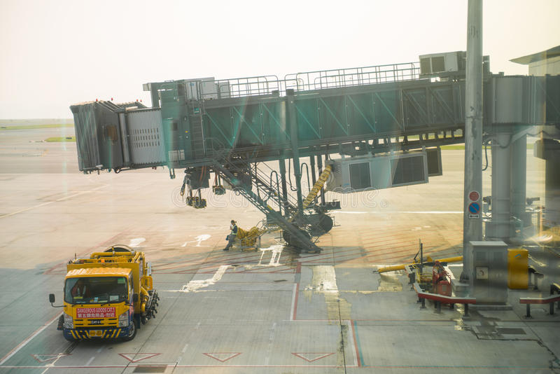 香港, 2016年9月22日: :对飞机的走廊在机场 免版税库存图片