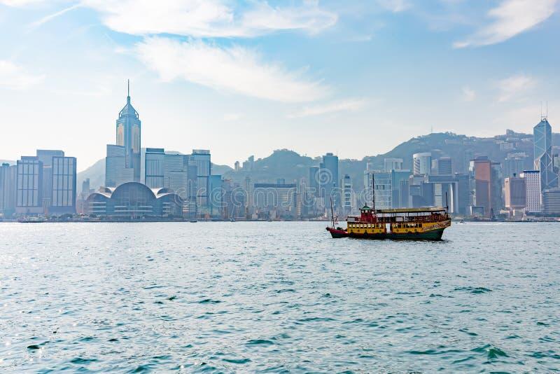 香港维多利亚港口和市在背景中图片