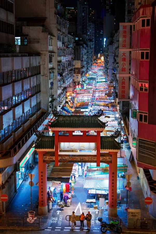 香港- 2018年8月7日:寺庙街道夜市场入口 库存图片