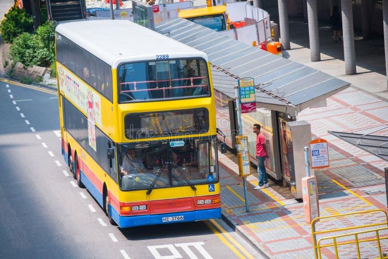 香港- 2016年9月22日:在公共汽车站的香港的公共汽车 库存图片