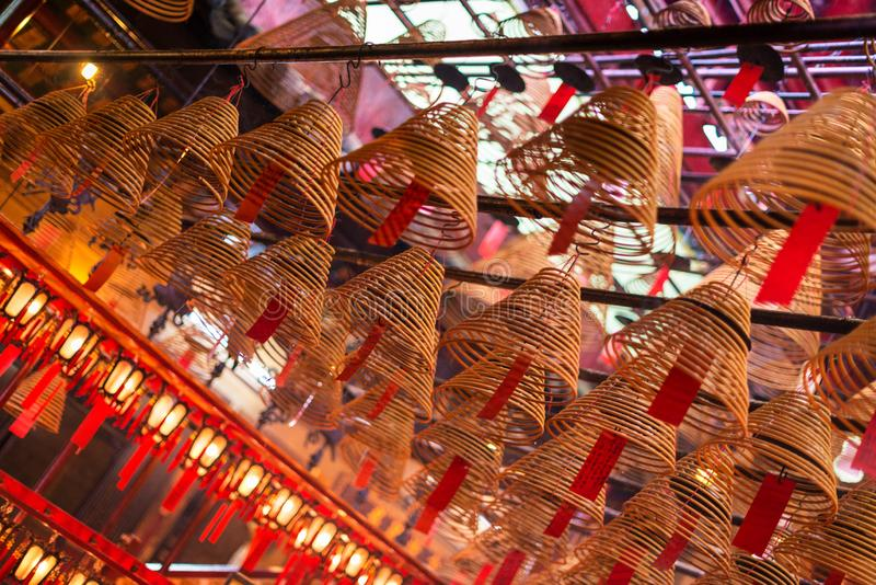 香火在东华三院文武庙,香港盘绕并且祝愿 库存图片