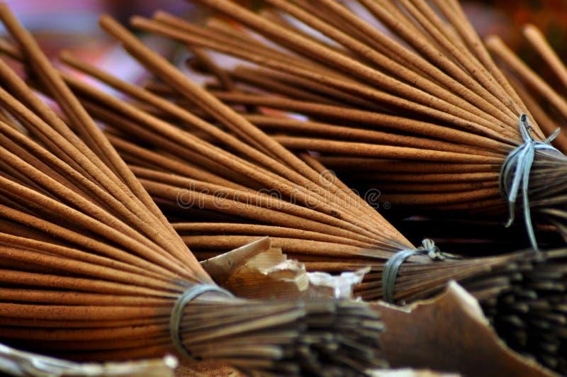 香火棍子在越南市场上 免版税库存照片