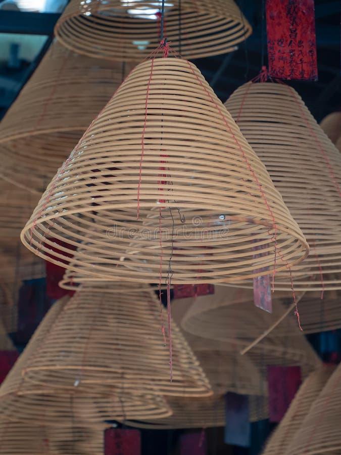 香火盘绕烧在寺庙在沙湾古镇,中国 免版税库存照片