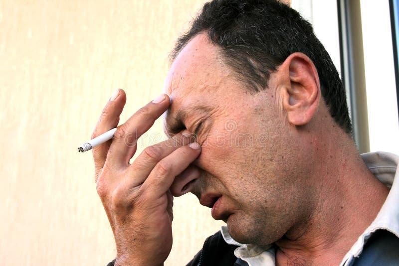 香烟哭泣的人 免版税图库摄影