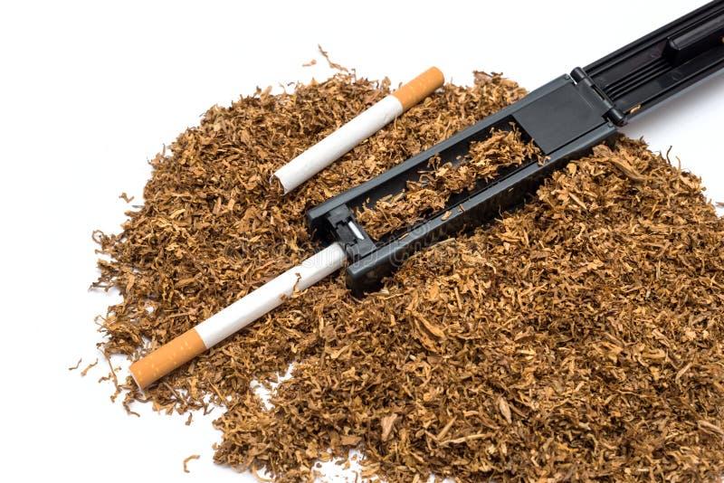 香烟滚轧机和空的香烟管和烟草 免版税库存图片