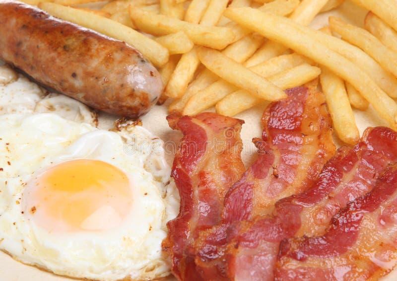 香肠、烟肉、鸡蛋&芯片早餐 库存图片