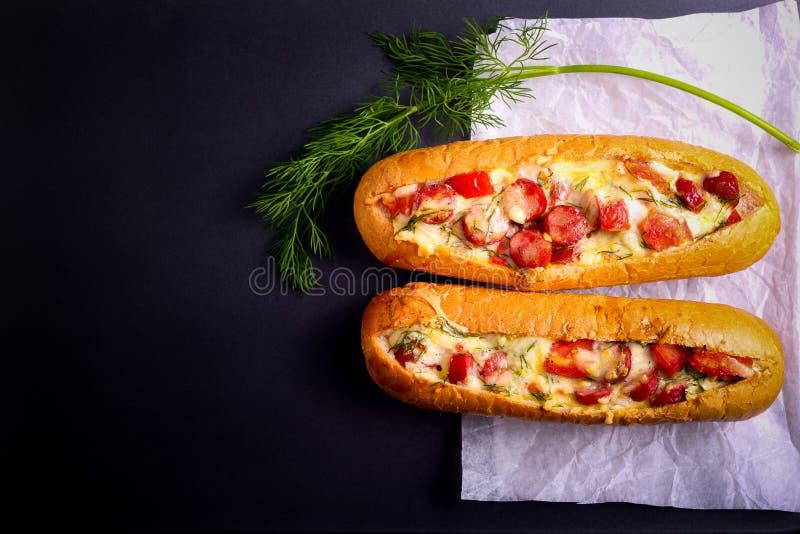 香肠、蕃茄和乳酪面包小船 免版税库存照片