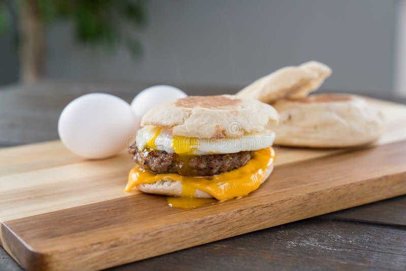 香肠、蛋和乳酪与轭的早餐三明治 库存照片