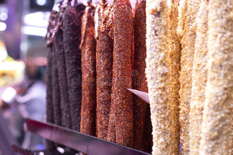 香肠加调料的口利左香肠不同形式用香料 西班牙传统熟食优质食物 著名优质市场 免版税库存照片